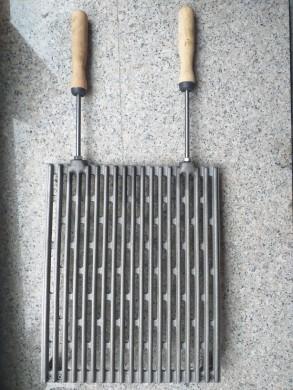 Решетъчна чугунена скара за барбекю с дървени дръжки 37 х 30 см